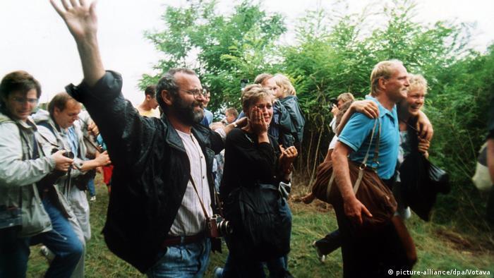 Grenzöffnung Österreich - Ungarn 1989 | jubelnde DDR-Flüchtlinge (picture-alliance/dpa/Votava)