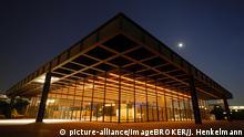 Berlin | Neue Nationalgalerie von Architekt Mies van der Rohe mit Mond und mit Lichtinstallation von Jenny Holzer