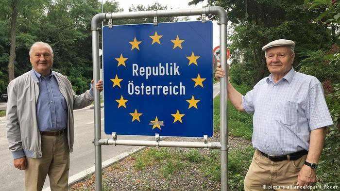 Grenzöffnung Österreich - Ungarn 1989 | Johann Göltl und Arpad Bella (picture-alliance/dpa/M. Röder)