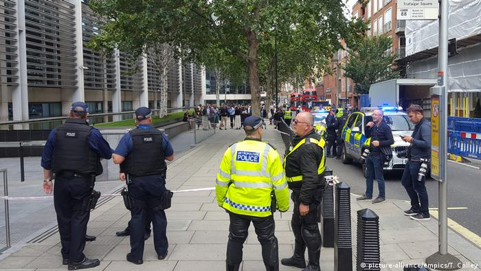 Police outside the Home Office in London (picture-alliance/empics/T. Colley)