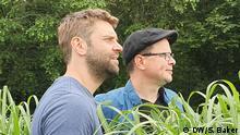 On the green Fence Promo Wiese Neil King und Gabriel Borrud machen den neuen Podcast On the Green Fence. Fotografin: Samantha Baker/DW Bonn Juni 2019 On the Green Fence, OTGF Promo, Neil King, Gabriel Borrud, Wiese