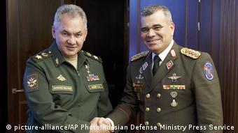 Russland Verteidigungsminister Sergej Shoigu und Venezuelas Verteidigungsminister Vladimir Padrino Lopez
