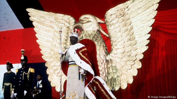 Jean Bedel Bokassa se couronne Empereur de Centrafrique à Bangui en 1977.