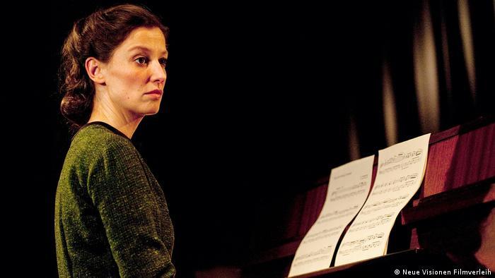 Filmstill Und der Zukunft zugewandt Szene mit Frau am Klavier