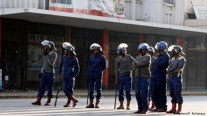 Simbabwe Zusammenstöße mit der Polizei wegen Demonstrationsverbot in Harare (Reuters/P. Bulawayo)