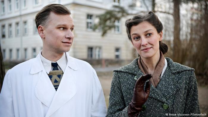 Filmstill Und der Zukunft zugewandt Szene mit Mann und Frau vor Krankenhaus