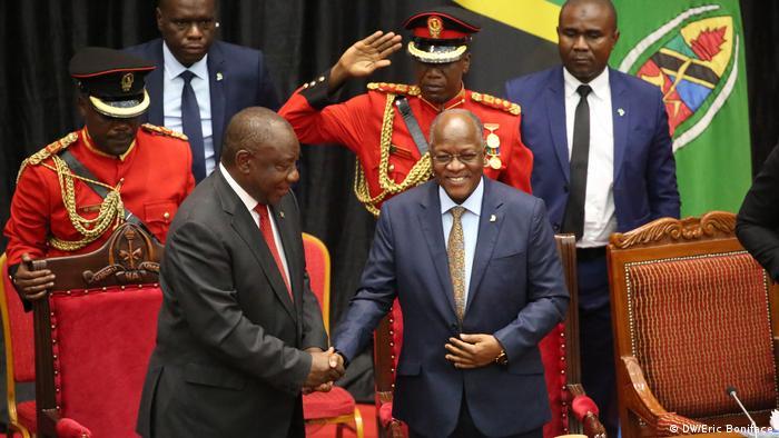 O Presidente da África do Sul, Cyril Ramaphosa (à esq.), e o Presidente da Tanzânia, John Pombe Magufuli (à dir.)