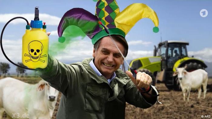 Fotomontagem com Bolsonaro com chapéu de bufão, segurando garrafa de agrotóxico, com boi e trator ao fundo