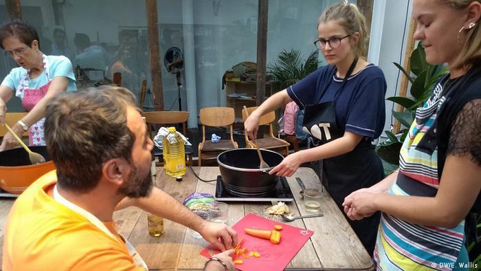 على كرسي متحرك.. طالب لجوء لبناني يعلّم البريطانيين فنون الطبخ