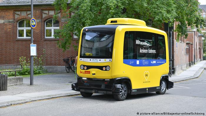 Self-driving bus in Berlin (picture-alliance/Bildagentur-online/Schöning)