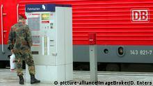 Deutschland Bundeswehrsoldat & Fahrkartenschalter der Deutschen Bahn