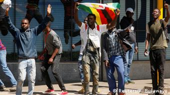 Simbabwe Harare | Demonstration & Ausschreitungen | Movement for Democratic Change (Reuters/P. Bulawayo)
