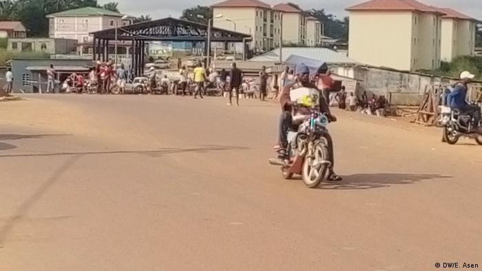 Ambiance à la frontière entre la Guinée Equatoriale et le Cameroun, là où le mur est censé passer
