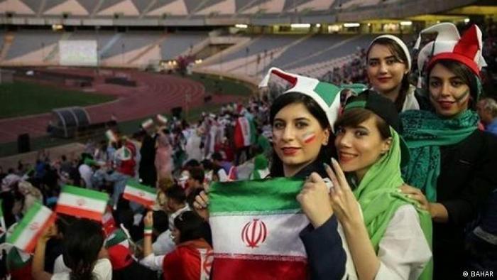 منذ عام 2019 تسمح إيران للنساء بحضور مباريات كرة القدم في الملاعب، لكنها قطعت بث مباراة بسبب شورت مساعدة الحكم
