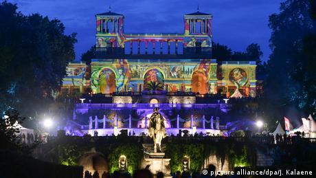 U Potsdamu u Brandenburgu 16. i 17. avgusta održavaju se manifestacije pod motom Una Notte Italiana: koncerti i svjetlosne instalacije kao ova na slici u parku dvorca Sansusi. Ovo zdanje izgrađeno po ugledu na Versajski dvorac služilo je za odmor pruskim carevima i dobilo ime na francuskom jeziku, jeziku plemstva: Sansusi - Bez briga.