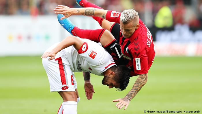 Jonathan Schmid of Sport-Club Freiburg and Danny Latza of 1. FSV Mainz 05 battle for the ball during the Bundesliga match between Sport-Club Freiburg and 1. FSV Mainz 05 at Schwarzwald-Stadion on August 17, 2019 in Freiburg im Breisgau, Germany. (Getty Images/Bongarts/A. Hassenstein)