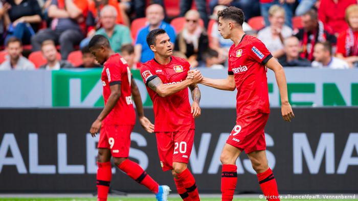 Kai Havertz celebrates with Charles Aranguiz after scoring to make it 2-1 for Leverkusen. (picture-alliance/dpa/R. Vennenbernd)