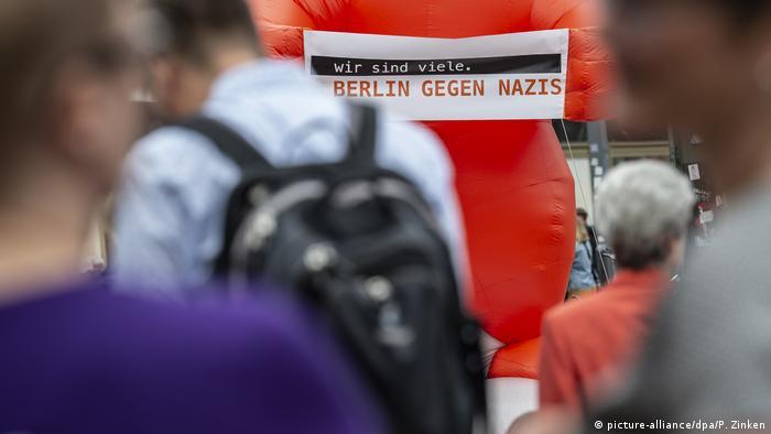 Demonstracja antynazistowska na Alexanderplatz w Berlinie