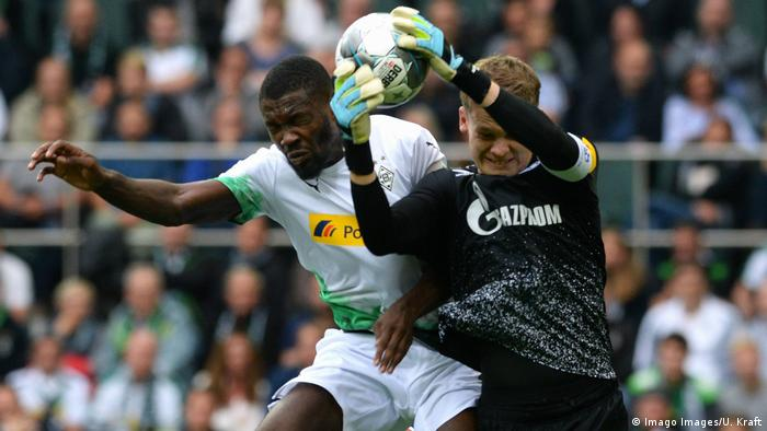 Schalke goalie Alexander Nübel claims the ball, as Borussia Mönchengaldbach's Marcus Thuram jumps with him in an attempt to head it. (Imago Images/U. Kraft)