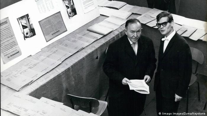 Otwarcie wystawy w Monachium (10.02.1961). Reinhard Strecker (p.) i Josl Brand, główny świadek w procesie Eichmanna