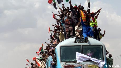 Ljudi iz cijelog Sudana pohrlili su u glavni glad Kartum kako bi slavili kraj vojne diktature. Vojne vlasti Sudana i lideri civilnog protestnog pokreta dogovorili su se da danas 18. avgusta formiraju vladajuće tijelo za prelazak sa vojne vlasti na civilnu - Suvereni savjet - koji će voditi tranziciju Sudana tokom tri godine. Premijer će biti imenovan 20. avgusta, a članovi vlade 28. avgusta.