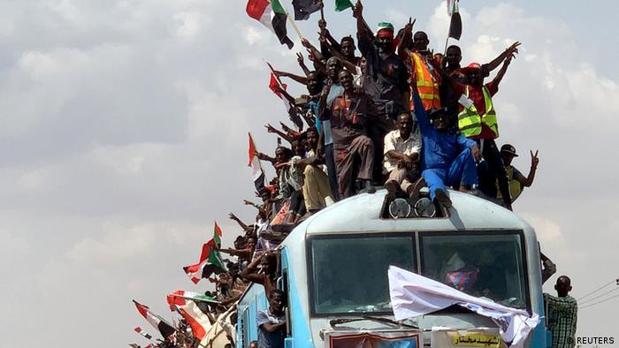 Sudaneses a caminho da capital Cartum para celebrar a assinatura da Carta Magna