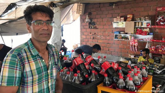 Sehzad Ikbab iz Pakistana u prodavnici na bivšoj deponiji smeća Vučjak
