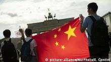 17.08.2019 **** Pro China supporters attend a counter demonstration to support the action of the police in Hong Kong in front of Brandenburg Gate in Berlin on August 17, 2019. (Photo by Emmanuele Contini/NurPhoto) | Keine Weitergabe an Wiederverkäufer.