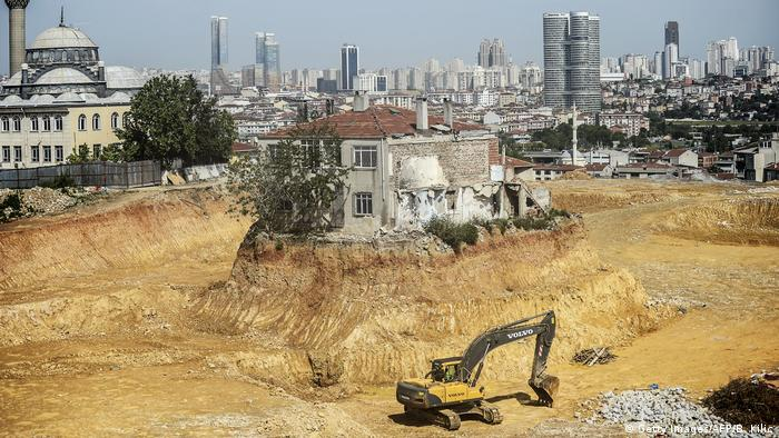 House on a mound amid a construction site (Getty Images/AFP/B. Kilic)