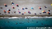Türkei Touristen am Strand von Antalya