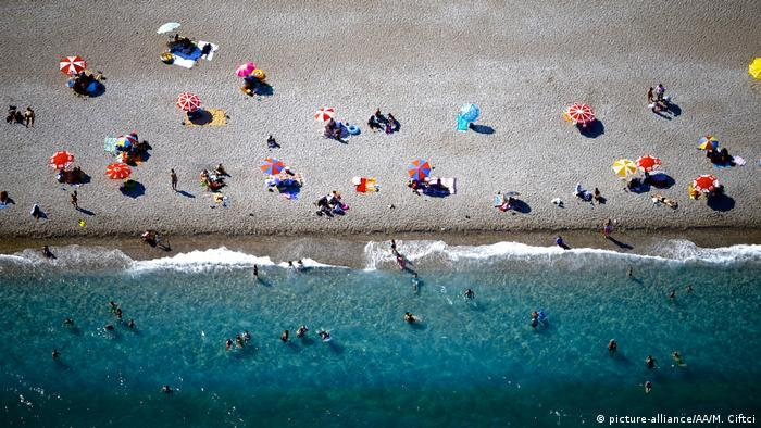 Türkei Touristen am Strand von Antalya (picture-alliance/AA/M. Ciftci)
