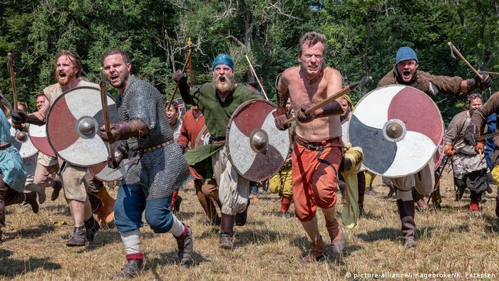 People pretend to live like vikings at Denmark's Moesgaard Museum (picture-alliance/imagebroker/K. Petersen)