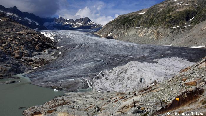Montanhas com geleira cinza