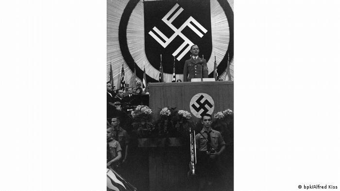 Werner Ventzki prezentuje nowy herb Litzmannstadt (2 lipca 1941)