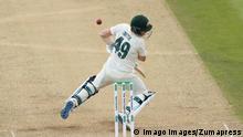 Cricket England - Australien Steven Smith wird vom Ball getroffen