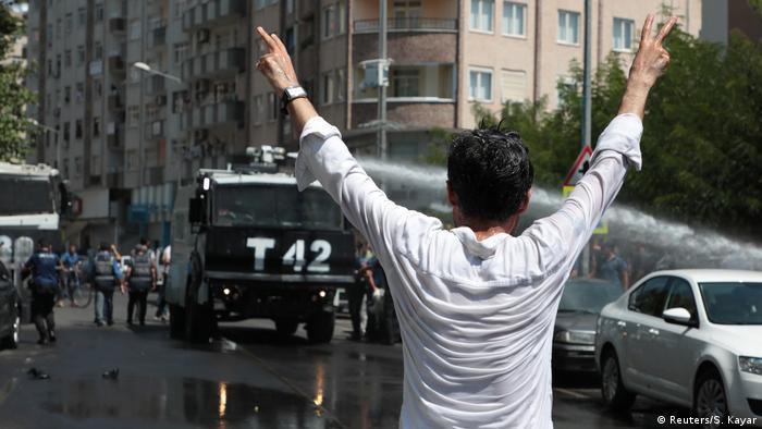 Turkish police use water canon to disperse demonstrators in Diyarbakir