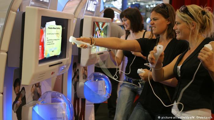 Young women play a Wii console (picture-alliance/dpa/W. Grubitzsch)