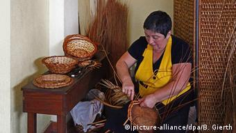 Camacha, a local basket weaver in Madeira (picture-alliance/dpa/B. Gierth)