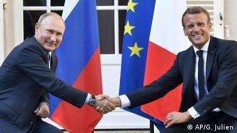Путин и Макрон на встрече в во Франции в апреле 2019 года