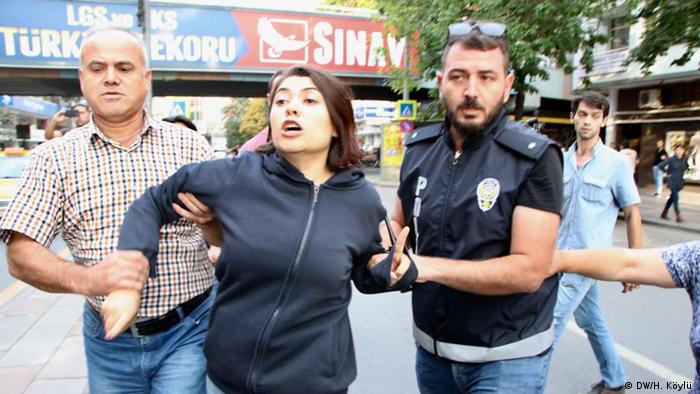 Ankara, Polizei greift Gruppe ein, die gegen die Absetzung der drei prokurdische Bürgermeister protestieren