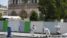 Workers clean the area in front of Notre Dame cathedral (picture-alliance/F. Mori)