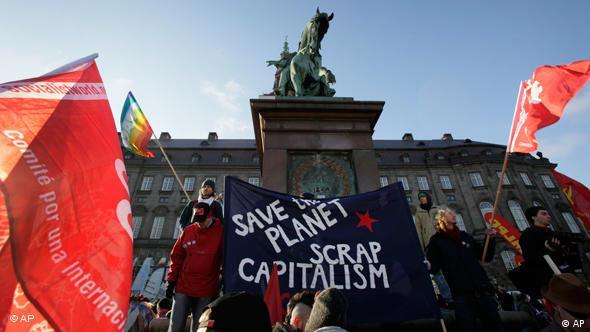 Demonstranten vor dem dänischen Parlament im Zentrum von Kopenhagen (Foto: ap)