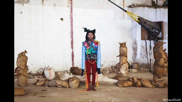 Ein Model trägt eine bunte Jacke von Njola Impression (PapaShotit)