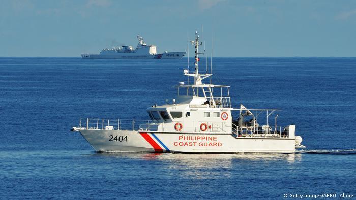 Kapal Pasukan Penjaga Perbatasan Filipina berpapasan dengan kapal Cina di Laut Cina Selatan, 14 Mei 2019.