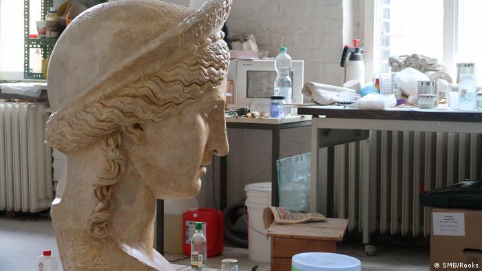 Juno Ludovisi, a monumental Roman sculpture from the first century, is a popular motif. Famous cast owners were Goethe and Wilhelm von Humboldt. Here it is drying after getting a coat of paint