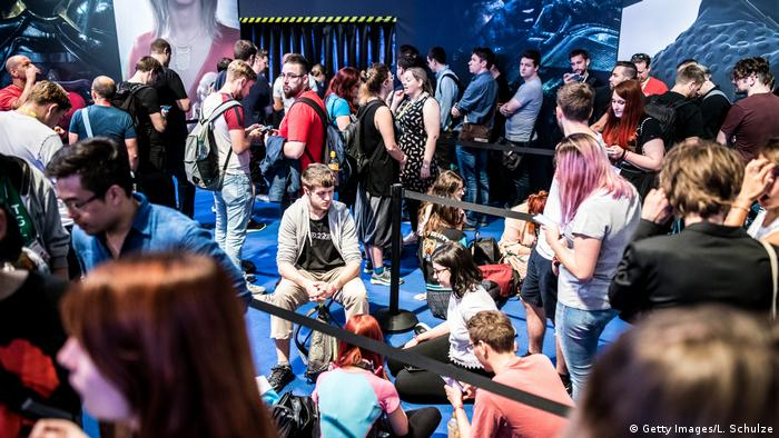 Young people sitting and standing around at the Gamescom 2019 (Getty Images/L. Schulze)