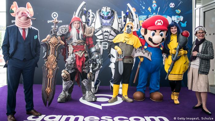 Gamescom fans dress up in costumes (Getty Images/L. Schulze)