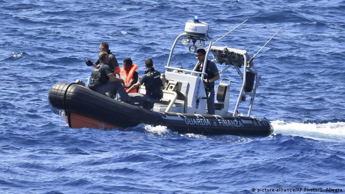 Italien Lampedusa | Rettungsschiff Open Arms | Flüchtlinge (picture-alliance/AP Photo/S. Allegra)