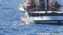 Italien Lampedusa | Rettungsschiff Open Arms | Flüchtlinge springen ins Meer