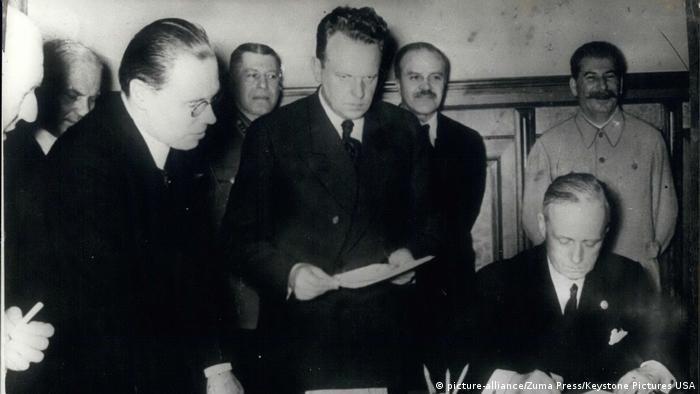 Moment podpisania paktu Ribbentrop-Mołotow w 1939 r.